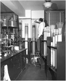 Column chromatography in the 1950s (taken from Wikipedia)